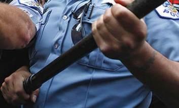 ZDI: Bătut în sediul Poliţiei până ce s-a scăpat pe el, apoi despăgubit din banii tuturor