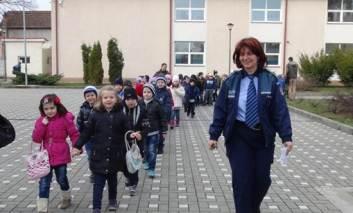 Sute de politisti cu ochii pe scoli si gradinite, la inceperea noului an scolar