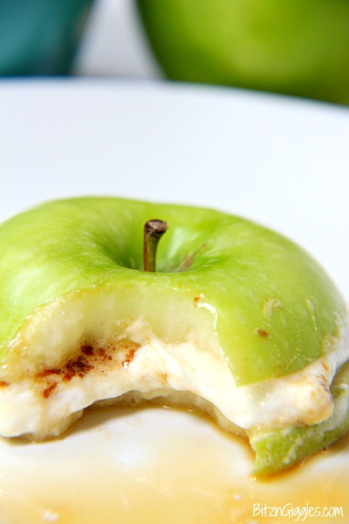 Caramel Apple S'mores - Toasted marshmallows and caramel in between two thin apple slices! Tastes SO good!