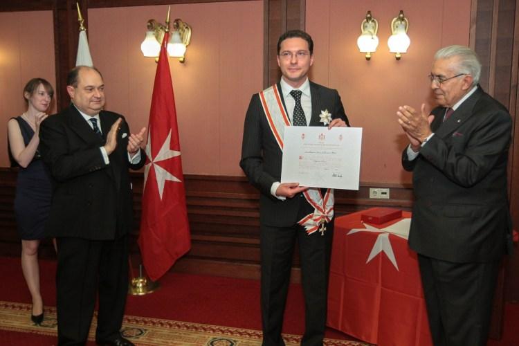 Посланик Леончини-Бартоли (вдясно) връчва орден на министър Даниел Митов