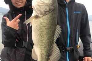 10月4日ガイドは初琵琶湖初バス釣りのひとみちゃんの1投目に45cmはジャスターフィッシュ3.5青ジャコのDS