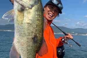 今日はオッチーとコラボでジャスターフィッシュのブンブンオリカラスモークプレミアムと上州屋オリカラ若鮎で釣りまくり!