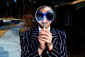 虫眼鏡を覗く男性