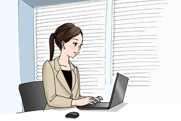 会社員の女性がパソコンでメールを送っている