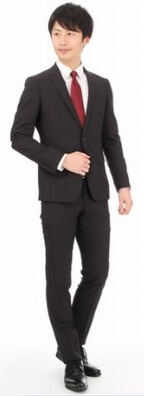 リクルートスーツを着た若い男性