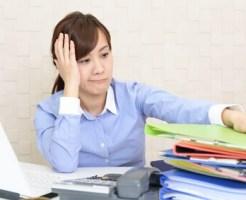 書類の多さに困る女性