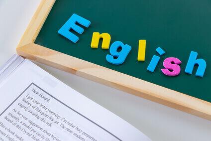黒板の上にEnglishのモチーフを置いた様子