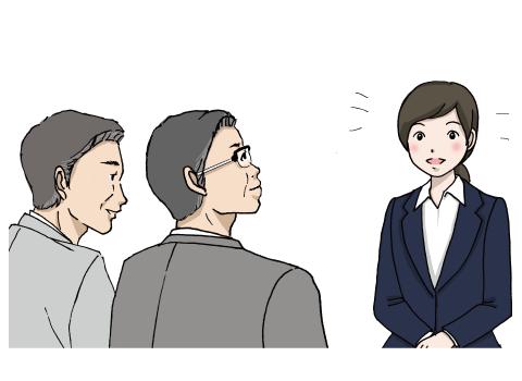 2人の男性面接官の前に座って明るく話す若い女性