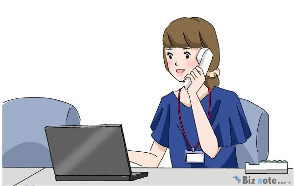 電話対応をしている事務職の女性