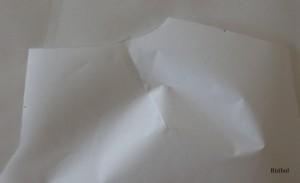 on plie le papier au niveau de la pince du dos