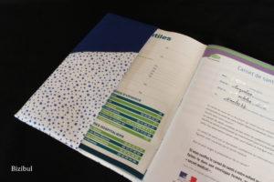 le rabat intérieur du protège carnet personnalisé en coton bleu et coton étoilé