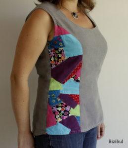 La tunique patchwork, tenue de mariage estivale, s'accorde avec un pantalon léger en coton ou lin.