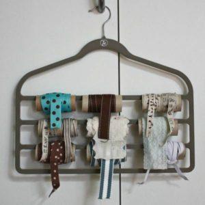 ranger ses rubans et ses dentelles à l'aide d'un cintre et de rouleux de PQ