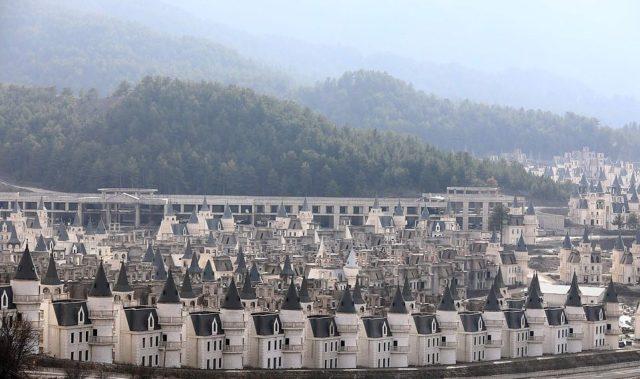 Vila 500 mijë euro, kompleksi i vilave luksoze po rrënohet pasi askush nuk i blen