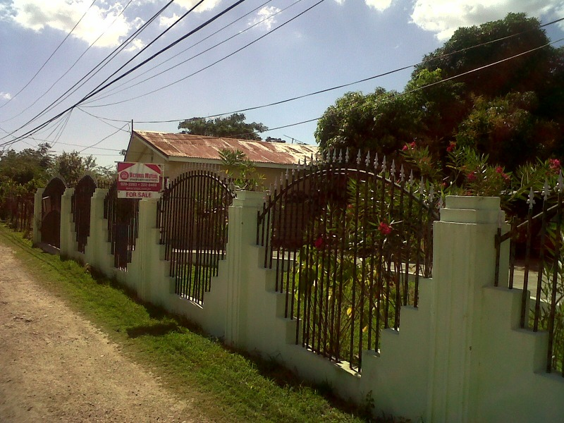 In foreclosure are two family house with 4bedrooms, 2 bathrooms and2 kitchens