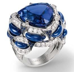 Pierścień Chaumet z tanzanitem o masie 16,5 karatów, szafirami, lapis lazuli i diamentami w szlifie brylantowym
