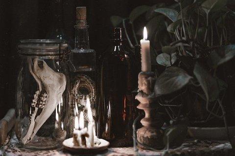 Autel païen, souvent utilisé par les sorcières. Les bougies et les os sont des objets récurrents dans la pratique.
