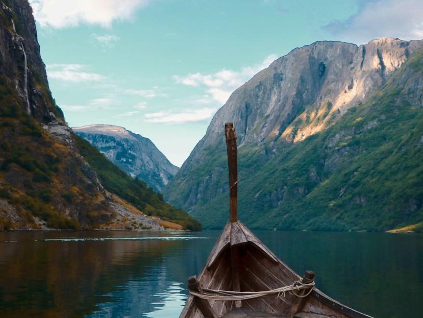 L'Asatrù est une religion de réflexion, bateau viking avec vision sur l'horizon