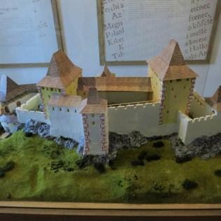 Takto hrad vyzeral, jeho maketa sa nachádza dole v obci.