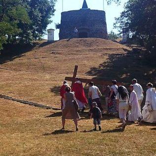V kostole práve skončila omša a procesia sa vydala ku kalvárii.