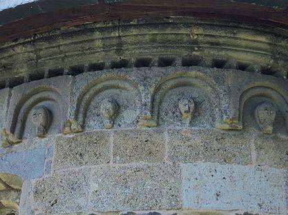 Zvonku pod strechou na apside sú busty s grimasami na odstrašenie nepriateľov.