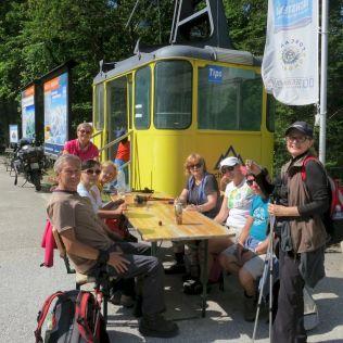 Na parkovisku pri dolnej stanici lanovky na Krippenstein, čakáme a počítame našich z trasy a).