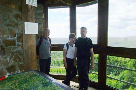 V presklenej rozhľadni na Brde, 587 m, najvyššom bode vrchoviny Chřiby. V pozadí medzi nami v strede je hrad Buchlov, vľavo sv. Barbora.