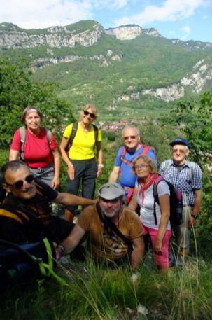 Stretnutie s časťou našej skupinky pod ruinami hradu Castel Penede, ktorá išla pešo späť. My ostatní sme sa z Tempesty zviezli do Torbole autobusom.