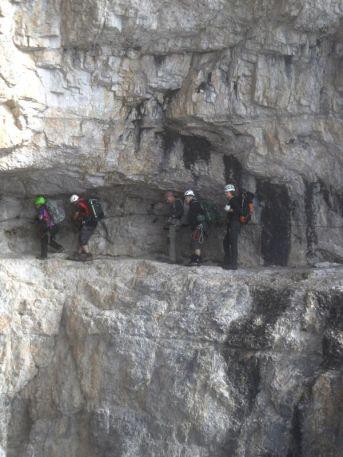 Čaro feraty miestami vytesanej do skaly. Vyšší majú problém zohnúť sa, čo neznamená, že nižší tiež nenarážajú hlavou o stenu.