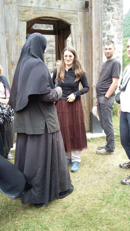 Pred vstupom do kostola si museli dievčatá obliecť pripravené sukne...