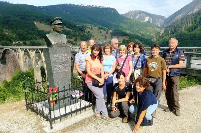 Zastávka na moste Ďurdeviča nad kaňonom rieky Tara. Druhý najhlbší na svete.