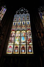 Jedno z vitrážových okien.