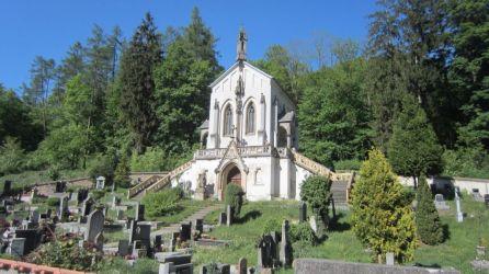 Na cintoríne sa nachádza kaplnka Sv. Maximiliána, ktorú nechal postaviť p. Berger, predseda spolku pre výstavbu Národného divadla v Prahe.