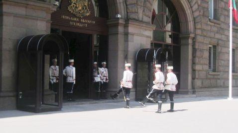 Striedanie stráže pred prezidentským palácom.