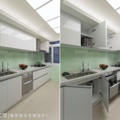 Complete Kitchen Dark Wood Table 墙面改以烤漆玻璃并搭配光源柔和的流明天花 在完整的厨房机能外 也 也能优雅舒适的享受下厨时光