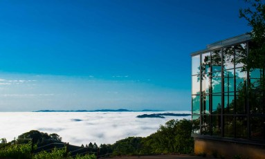 Bjella-Architects-California-Glass-House-with-Valley-Fog