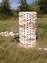 Et tårn bygget af mursten - i samme højde og omkreds som hullet, det står ved siden af.