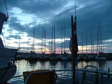 Skyen i Simrishamn, Sverige, lige før solnedgang. Foto: Birgit Heie og Jakob Rung
