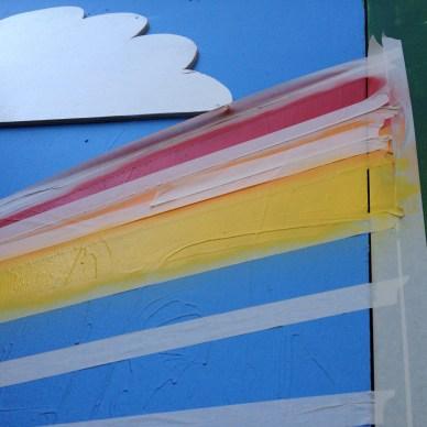Sommer: Regnbuen sprayes på, én farve ad gangen. Og så skal den tørre lidt, før næste farve kan sprayes på. (P.S.: Gul dækker pisse dårligt …)
