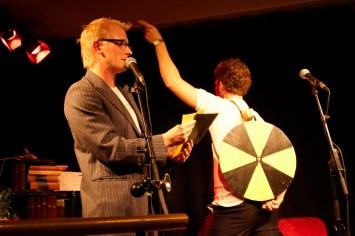 Frederik Bjerre Andersen og Jonathan Nielsen med lykkehjulet