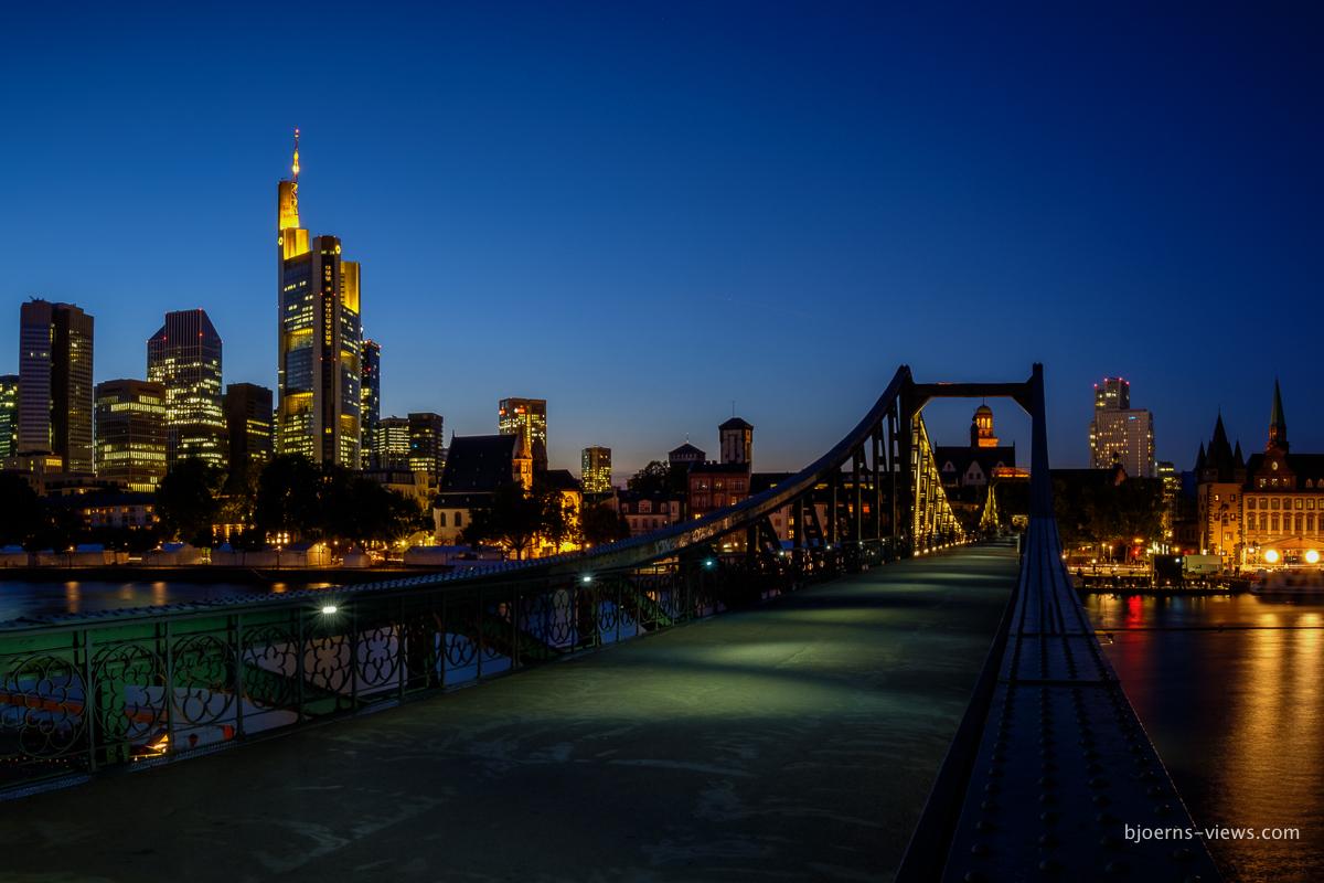Blauer könnte die Stunde kaum sein Skyline und Eiserner Steg, Frankfurt am Main