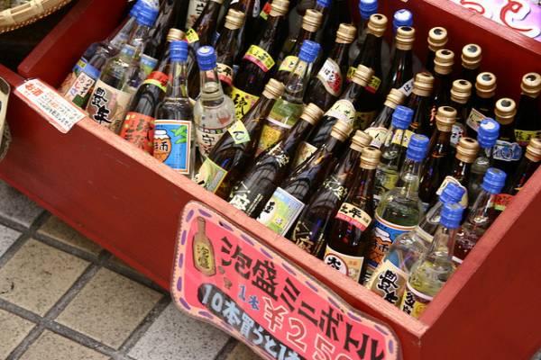 沖縄県お土産ランキング⑤お酒好きの方もそうでない方も!泡盛のミニチュア瓶
