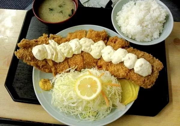 神奈川県超大盛りデカ盛りグルメ⑩極厚で長いチキンカツ!湘南・豚菜