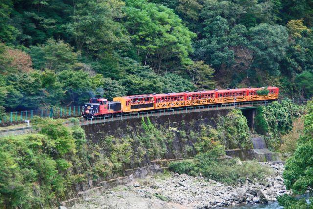 京都絶景撮影スポット⑥トロッコ列車も風景の1つ♪ 奥嵯峨野渓谷