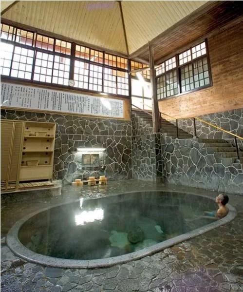 岩手県日帰り温泉ランキング①日本一深い岩風呂、立って入る温泉が人気「藤三旅館」
