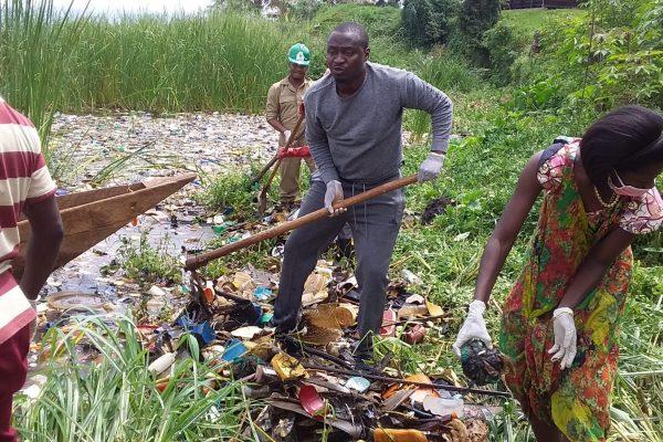 Bukavu : Les membres du mouvement citoyen Casque-Vert font le curage du lac-kivu.