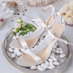 high heel shoes with sugar almonds as wedding reception decoration idea 2018