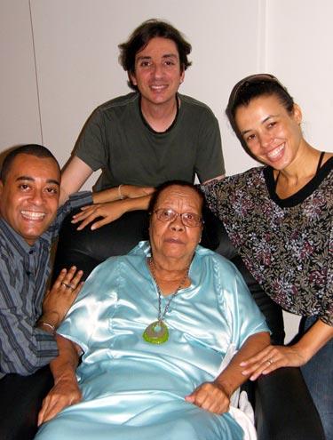 Mercedes com o carnavalesco Alex de Souza (acima) e os coreógrafos Marcelo Sandryni e Roberta Nogueira - homenagem na Sapucaí