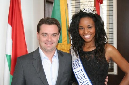Elisa Freitas with Florianópolis mayor César Souza Junior