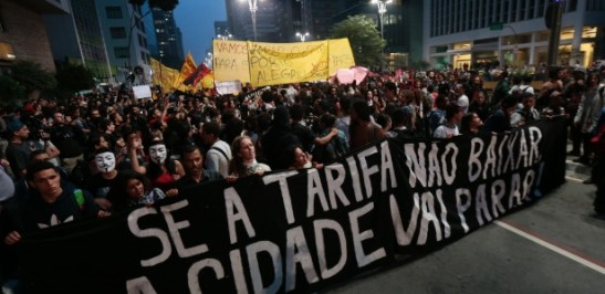 """Avenida Paulista in São Paulo. Sign: """"If the fare doesn't come down, the city will stop."""""""